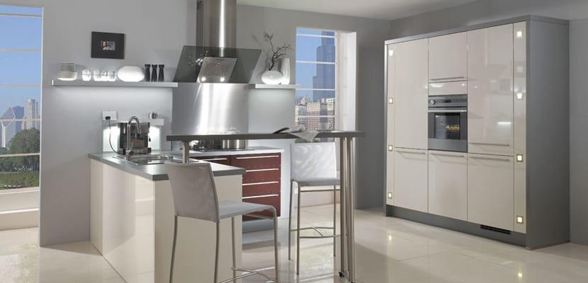 C mo decorar una cocina blanca for Cocina blanca electrodomesticos blancos