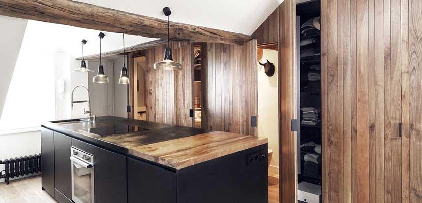 Cocina rústica y moderna con madera