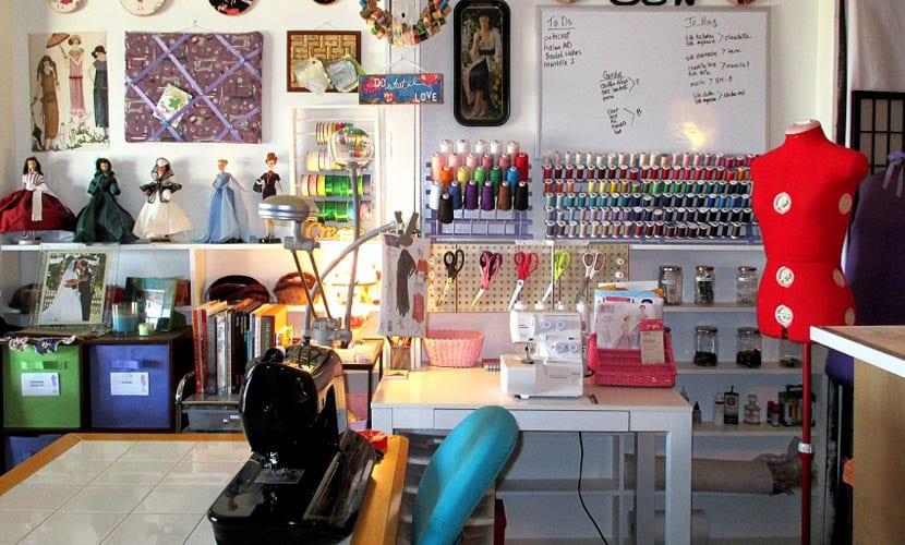 Taller de costura bien organizado