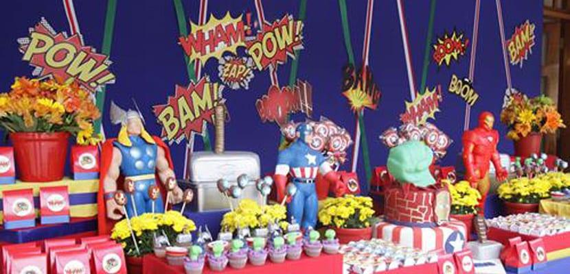 Mesa dulce de superhéroes en fiesta de Carnaval
