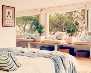 banco_de_madera_en_la_ventana_de_un_dormitorio