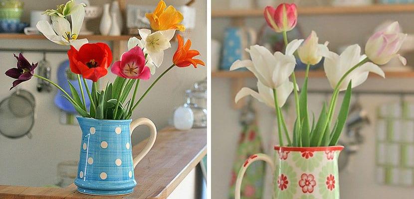 Decorar con tulipanes en jarras de cerámica