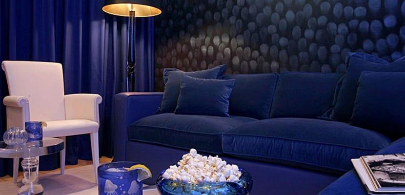 Salón en tonos vivos de azul
