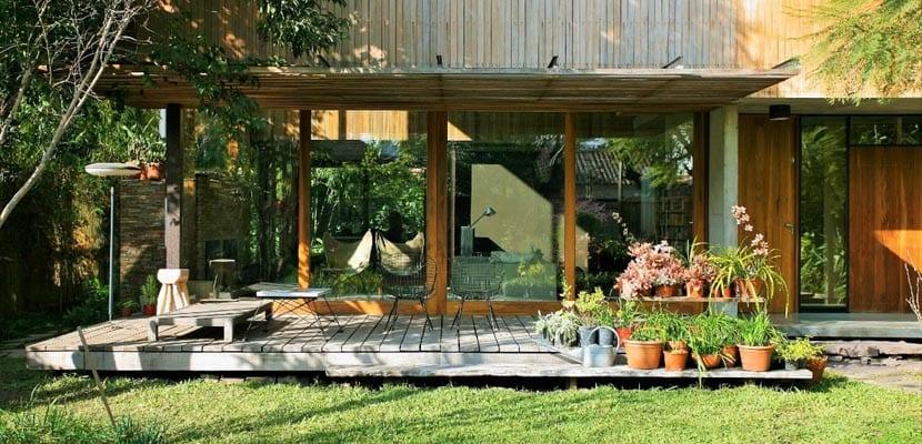 una casa abierta al jardín y de diseño moderno