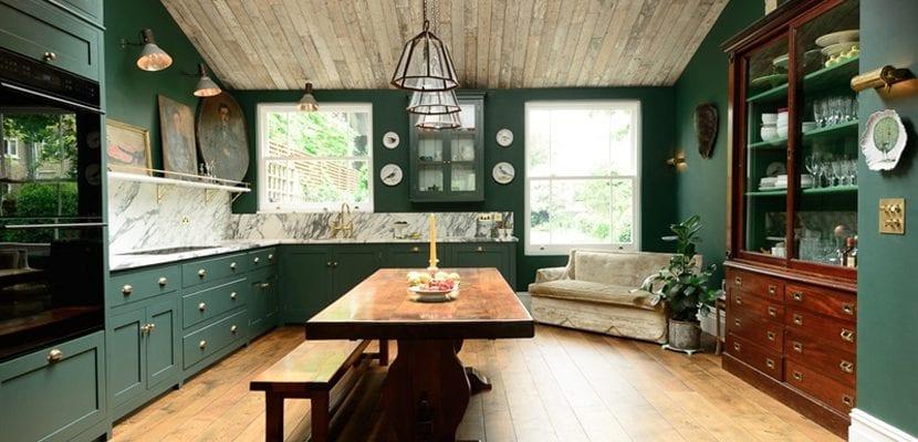 Cocina verde con madera