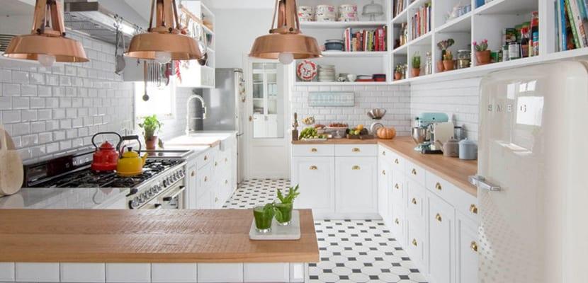 Cocina en blanco y cobre