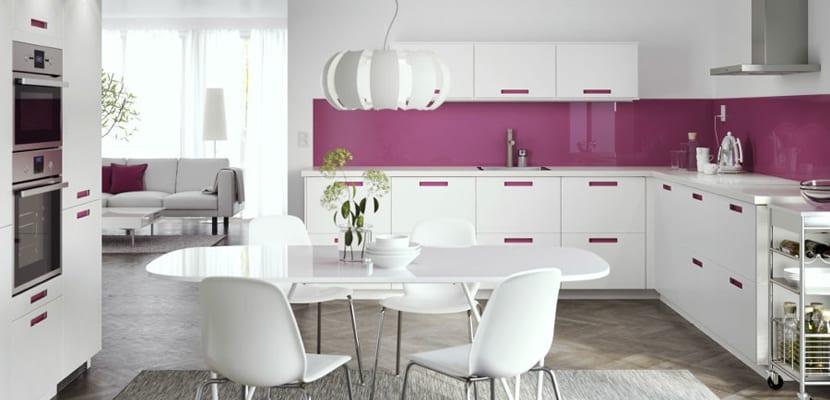 cocina blanca con toques rosas