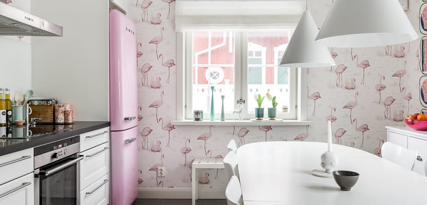 Cocina vintage con papel pintado de flamencos - Papel pared cocina ...