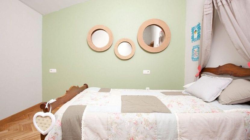 C mo usar espejos en el dormitorio for Como poner un espejo en la pared