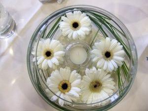 centros de mesa con velas y flores