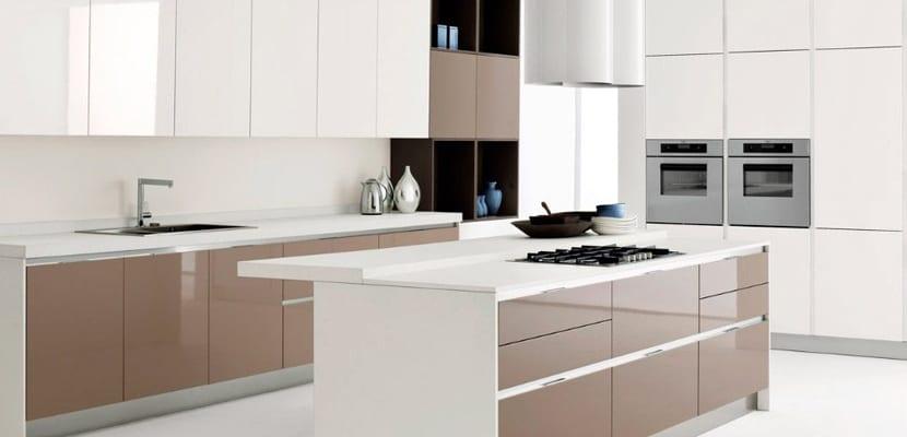 los tonos bsicos tambin son perfectos para estas cocinas blancas ya que no rompen demasiado con el protagonismo del color blanco - Cocinas Modernas Blancas