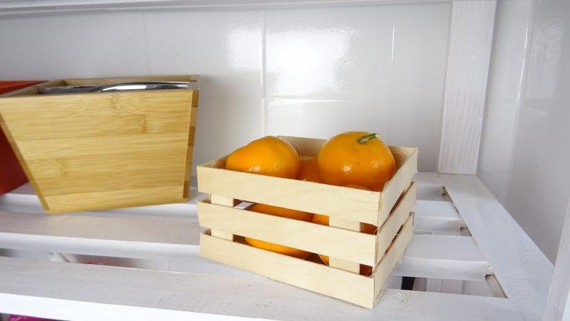 caja de fruta con palitos de helado