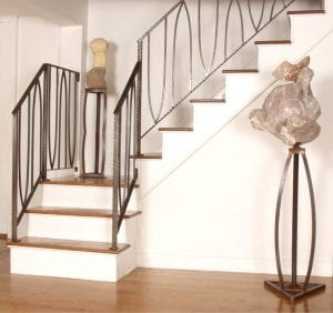 decoración de escaleras con estatuas