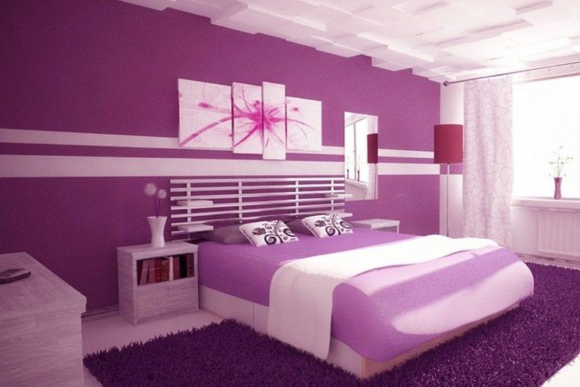 dormitorio morado con luz