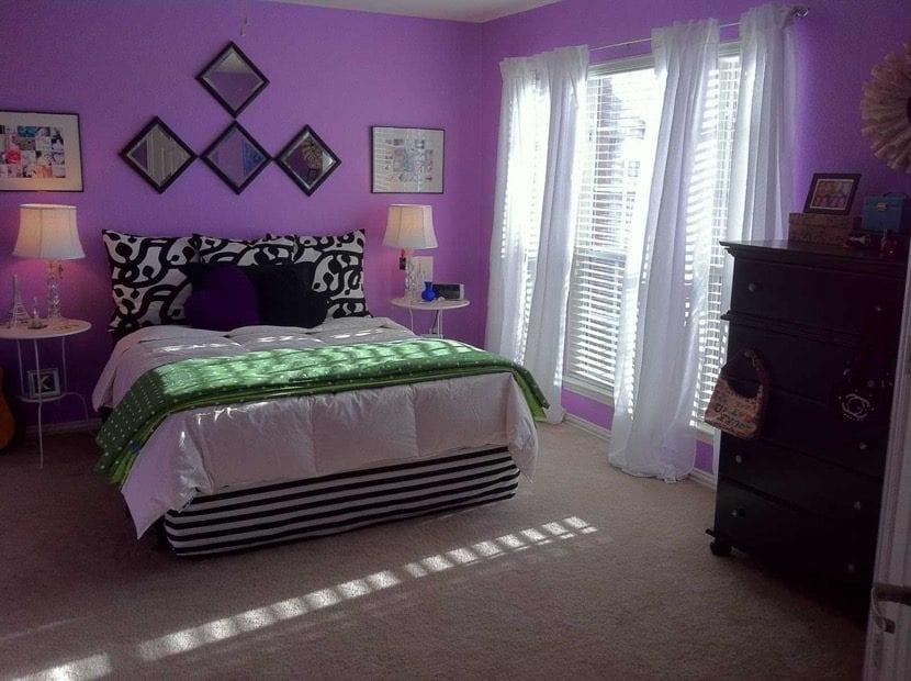 dormitorio morado con ventanal