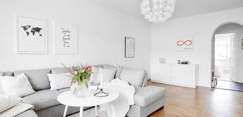 Salón gris y blanco