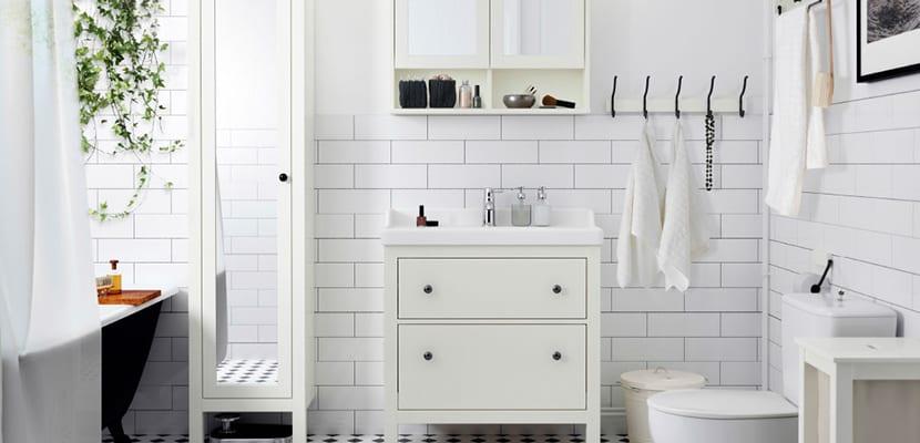 Baños pequeños con azulejos blancos