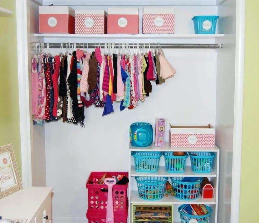 armario infantil con juguetes