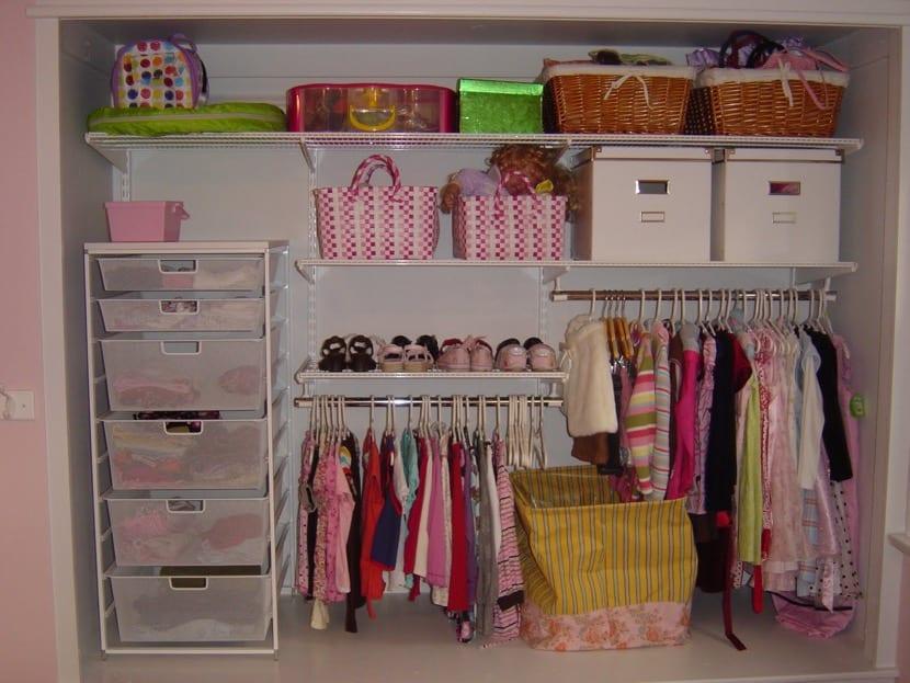 armario infantil organizado