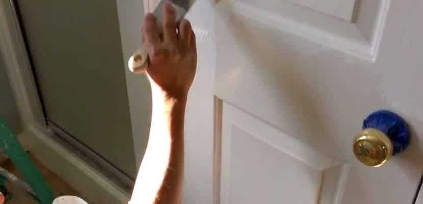 Pintar puerta en casa