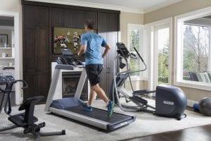 haciendo ejercicio en el gimnasio de casa