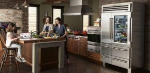 familia en la cocina con una nevera con puerta de vidrio