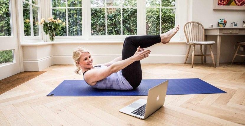hacer yoga en casa mirando youtube