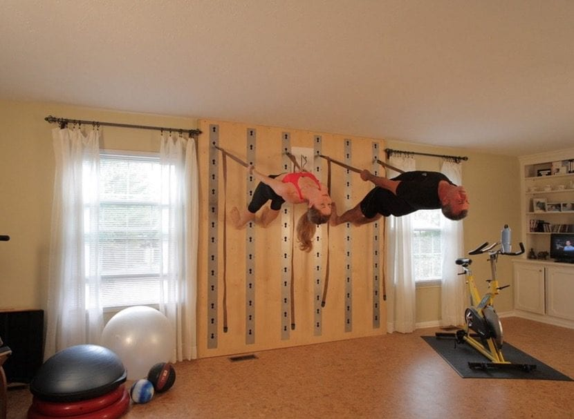 hacer yoga con correas en la pared