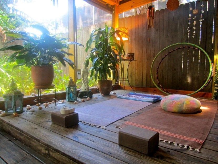 sala decorada para hacer yoga