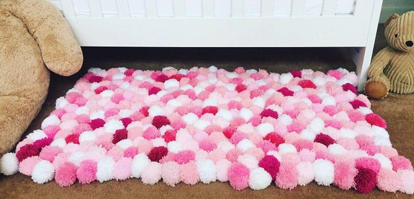 Alfombra de pompones rosa