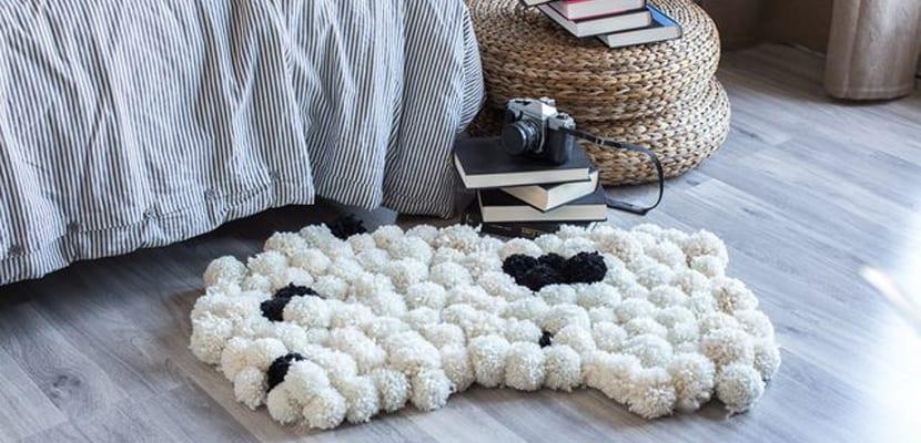 Alfombra de pompones blanca