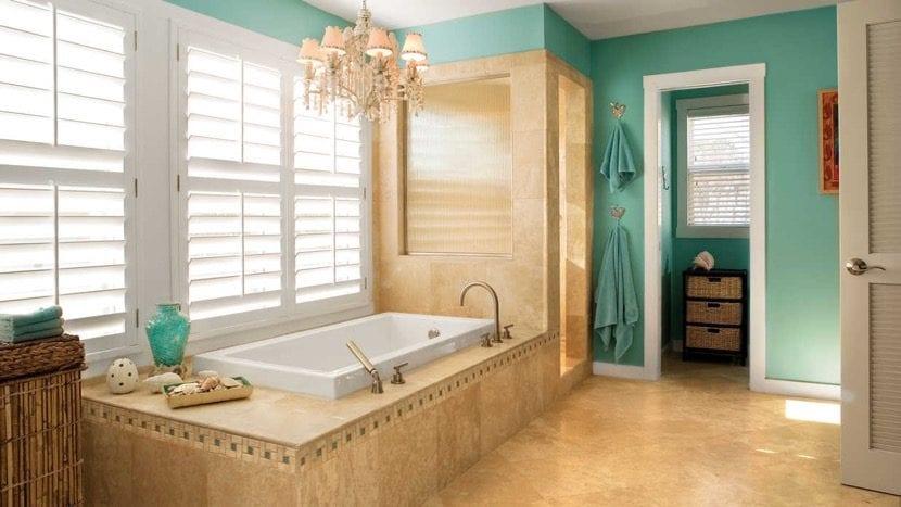 baño en turquesa y marrón claro