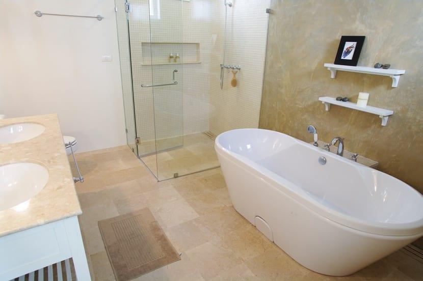 baño bonito con bañera independiente
