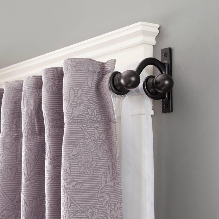 barras de cortinas en el dormitorio