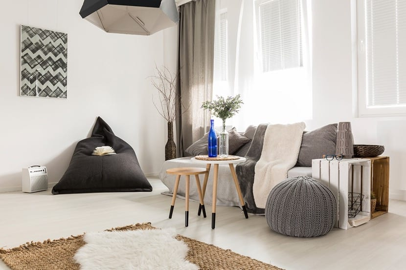 bonito salon con decoracion hygge