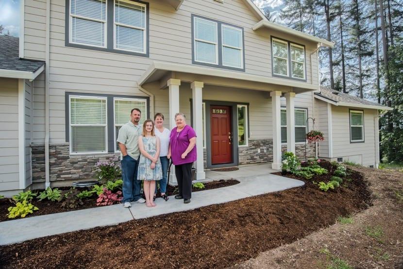 familia multigeneracional en una casa