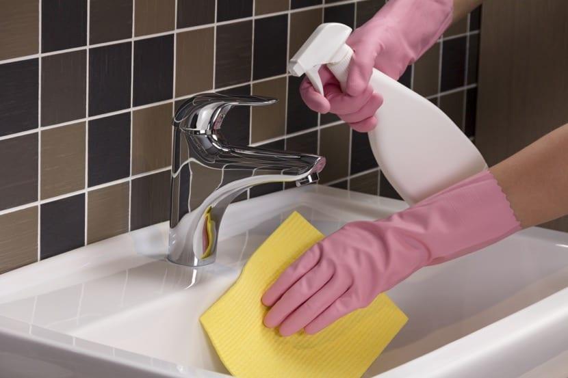 limpiando el lavamanos