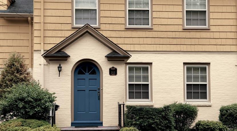 puerta de entrada azul