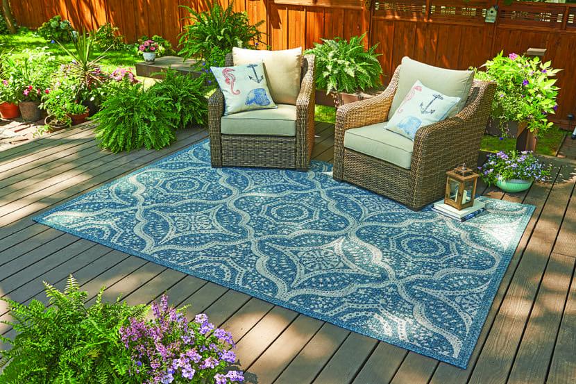 terraza bonita con alfombra azul