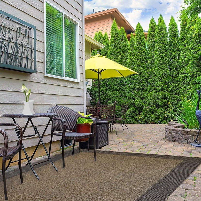 bonita terraza con alfombra exterior