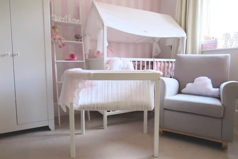 habitacion de bebe con minicuna y sabanas