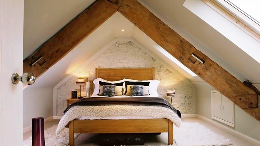 buhardilla con techos bajos dormitorio