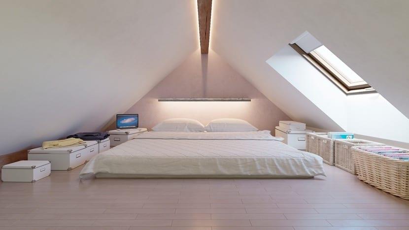 buhardilla con techos bajos