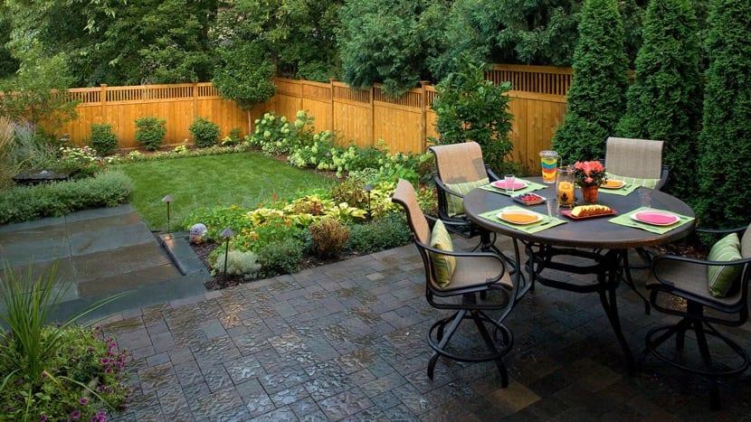 bonita terraza con pequeño jardin