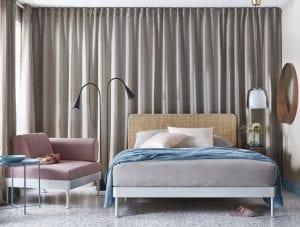 diseño tom dixon de dormitorio con cabecero de ratan