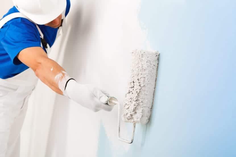 pintura azul y brocha