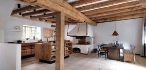 Cocina con vigas de madera