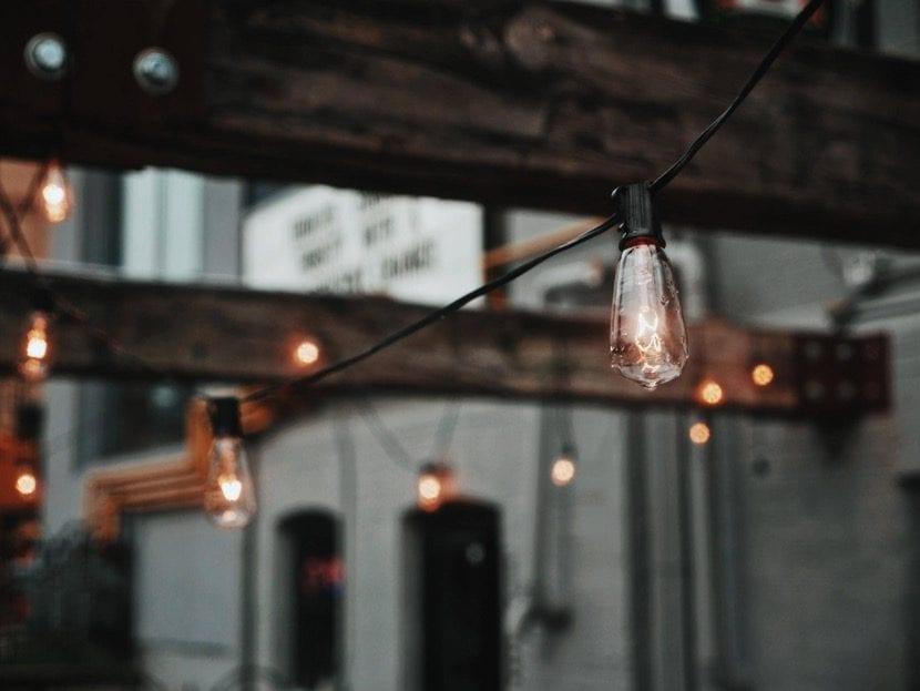 iluminacion rustica en el patio