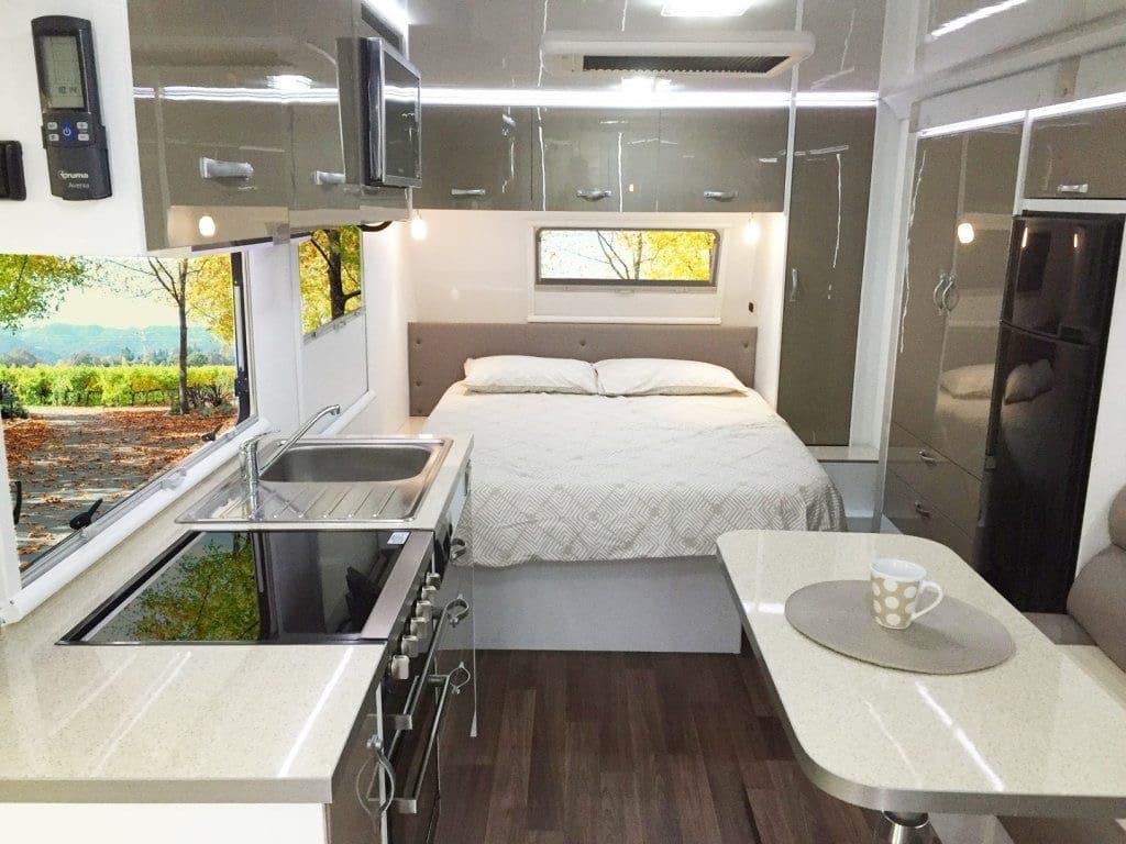 caravana dormitorio cocina