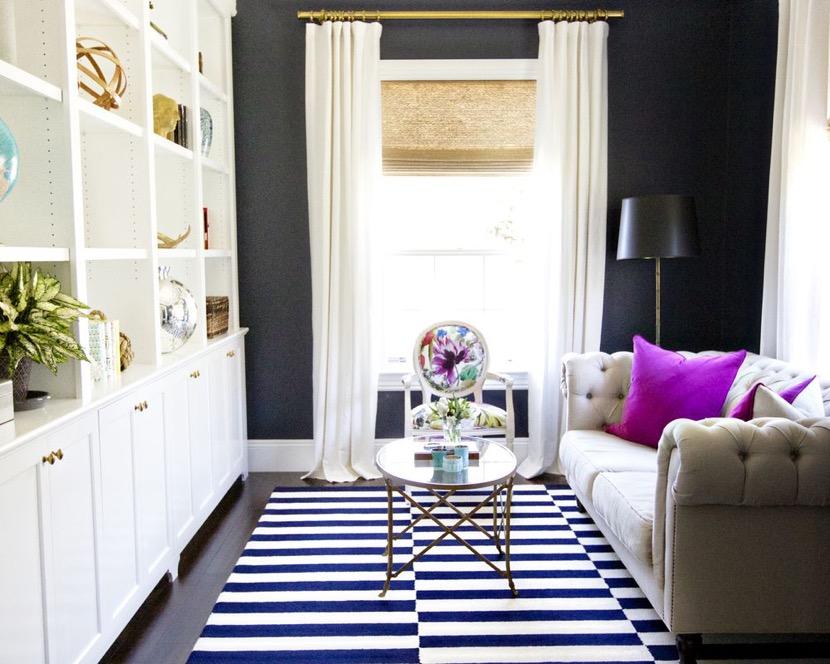 pequeña sala de estar con alfombra de rayas